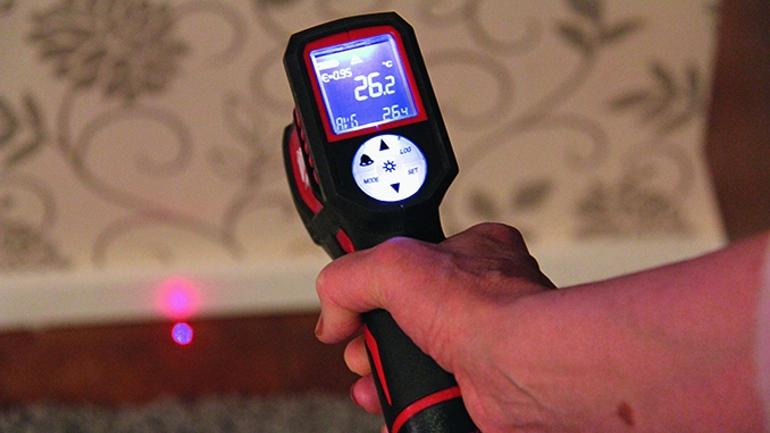 Infrapunalämpömittari paljastaa talon lämpövuodot