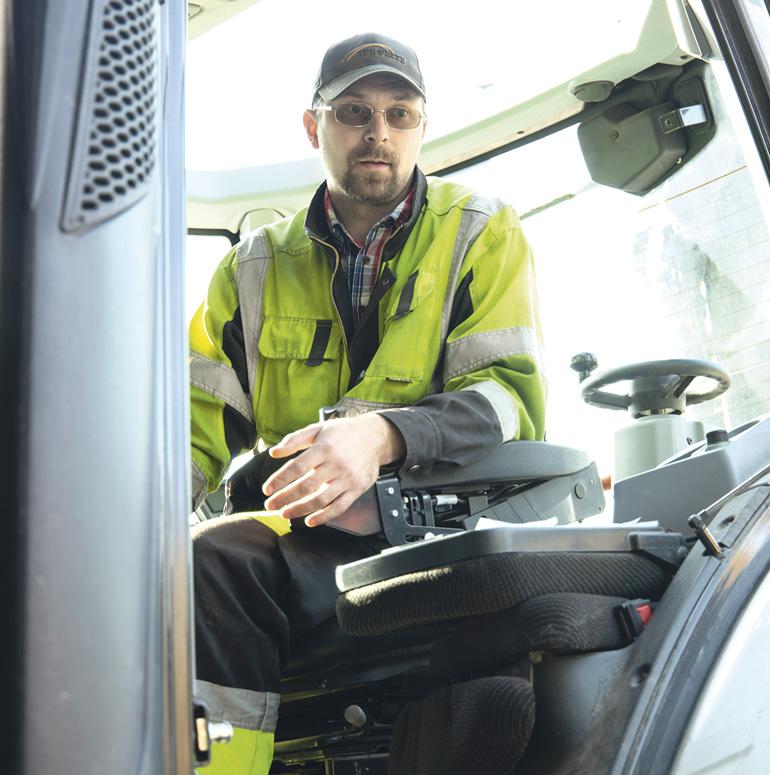 Sami Kousa istuu traktorin ohjaamossa